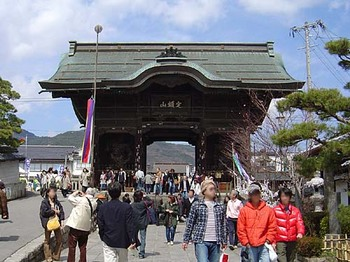 2009年4月5日善光寺仁王門.jpg