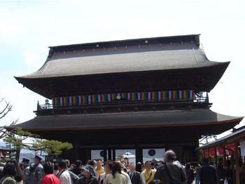 2009年4月5日善光寺山門・本堂側.jpg